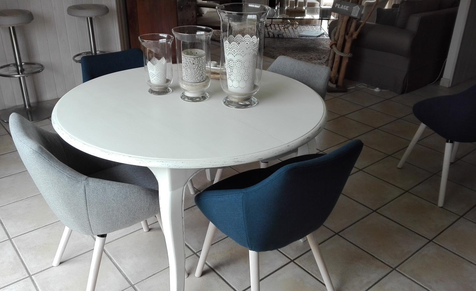 Table et chaises de 2 couleurs différentes